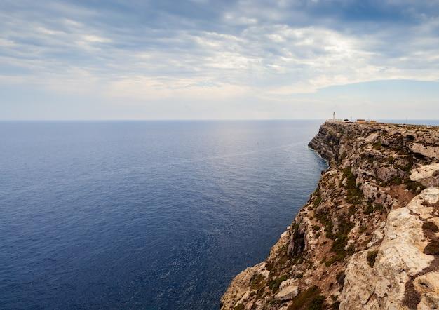 Vue de la côte pittoresque de la falaise de lampedusa