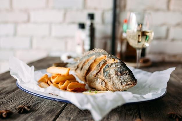 Vue de côté plat de restaurant de poisson dorada rôti