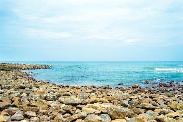 Vue d'une côte rocheuse à koh chang en thaïlande