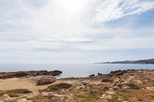 Vue d'une côte rocheuse le matin