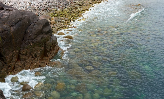 Vue sur la côte rocheuse de la mer de barents. péninsule de kola, arctique, russie.
