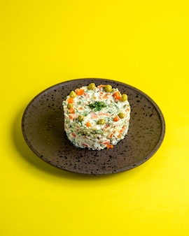 Vue de côté de la salade olivier