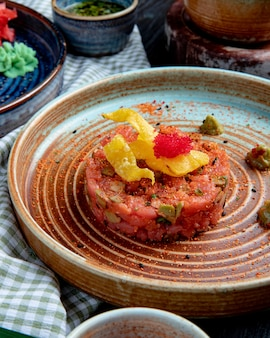 Vue côté, de, salade saumon, à, avocat, et, sauce wasabi, sur, a, plaque, sur, tissu plaid