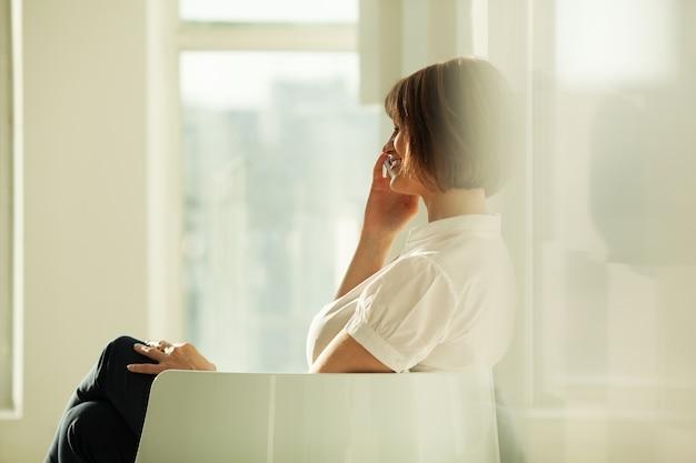 Vue côté, de, sourire, femme affaires, conversation téléphone