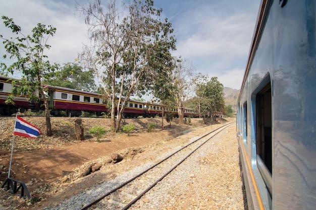 Vue côté, de, vieux train voyageurs, traverser, gare, été