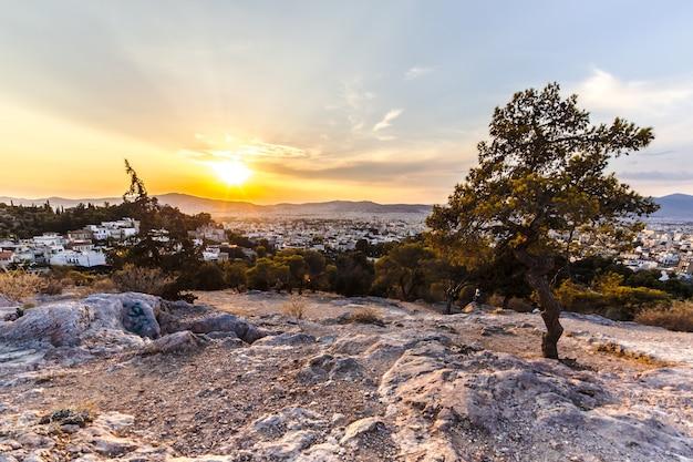 Vue sur le coucher de soleil sur athènes, grèce