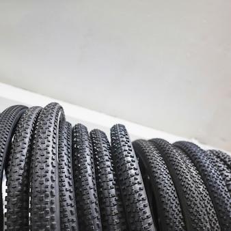 Vue en coupe de pneus de bicyclette noirs en atelier