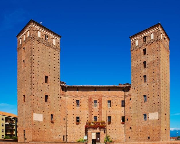 Vue de la cour du château principes d'acaja à fossano.