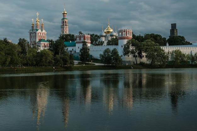 Vue sur le couvent de novodievitchi de l'autre côté de l'étang