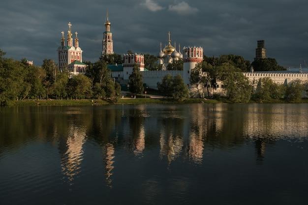 Vue sur le couvent de novodievitchi de l'autre côté de l'étang.