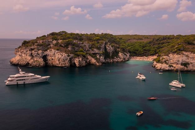 Vue des criques de macarella et macarelleta sur l'île de minorque, en espagne.
