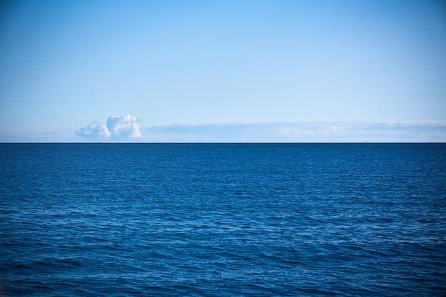 Vue croate sur la mer adriatique. prise de vue horizontale