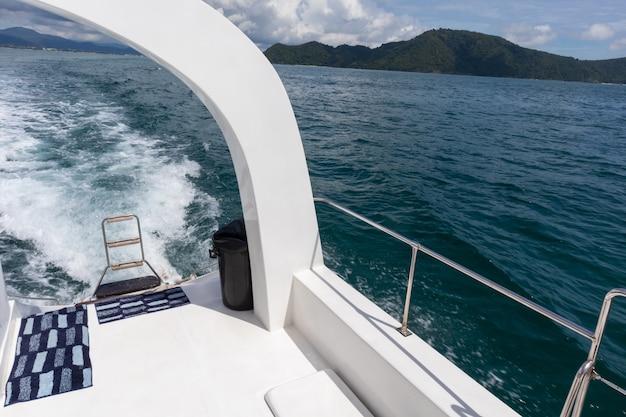 Vue de croisière en yacht de luxe à phuket, thaïlande