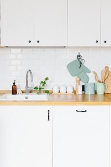 Vue sur la cuisine blanche dans un style scandinave