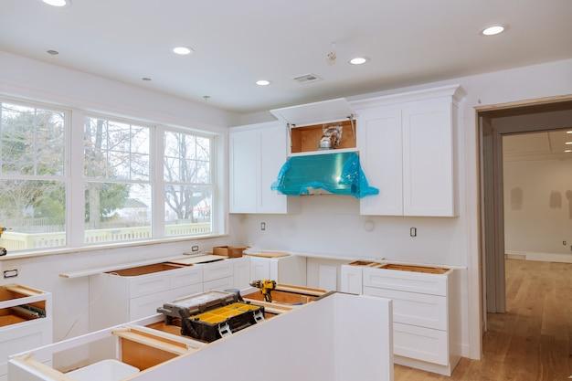 Vue de la cuisine de rénovation domiciliaire installée dans une nouvelle armoire de cuisine