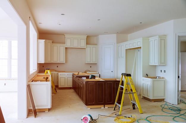 Vue de la cuisine de rénovation domiciliaire installée dans une nouvelle armoire