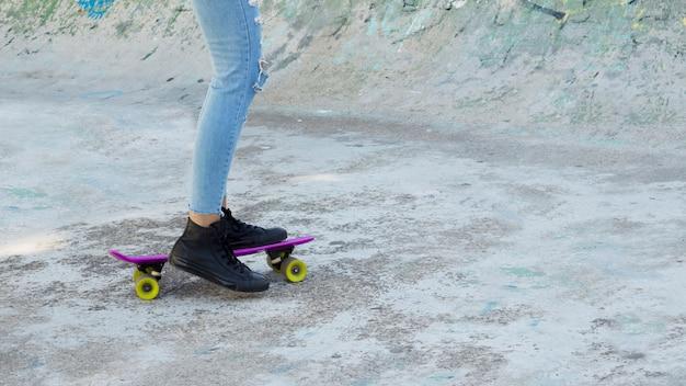 Vue de la culture de la jeune femme urbaine patinage