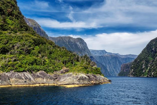 Vue sur le début du fjord de milford sound depuis la mer de tasman