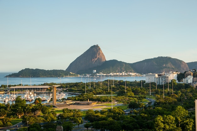Vue de la décharge flamande, pain de sucre et baie de guanabara à rio de janeiro au brésil.