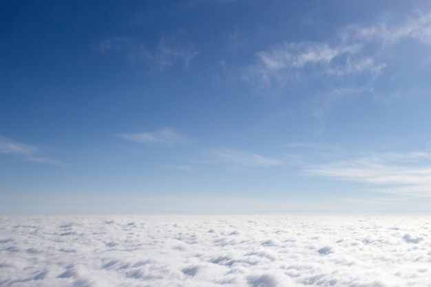 Vue depuis un avion sur une couverture nuageuse fermée, un tiers de nuages
