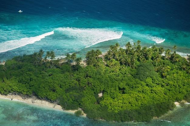Vue depuis l'avion sur l'île située aux maldives