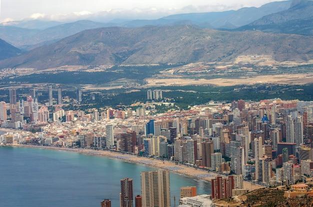 Vue depuis un avion de la magnifique et touristique ville méditerranéenne de benidorm espagne