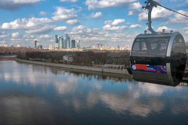Vue depuis une cabine sur le premier téléphérique de moscou sur la rivière moskva (moscou).