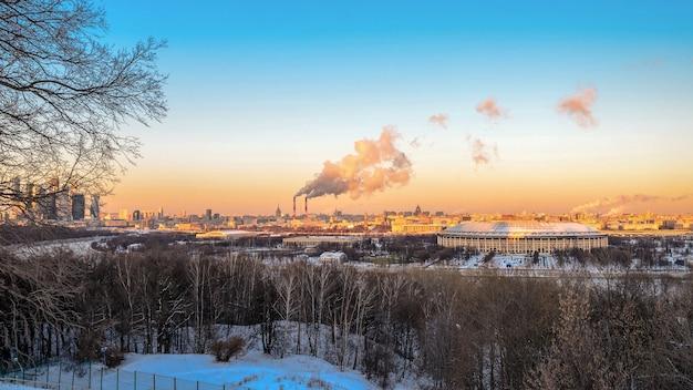 Vue depuis les collines des moineaux à moscou au stade luzhniki au coucher du soleil d'hiver