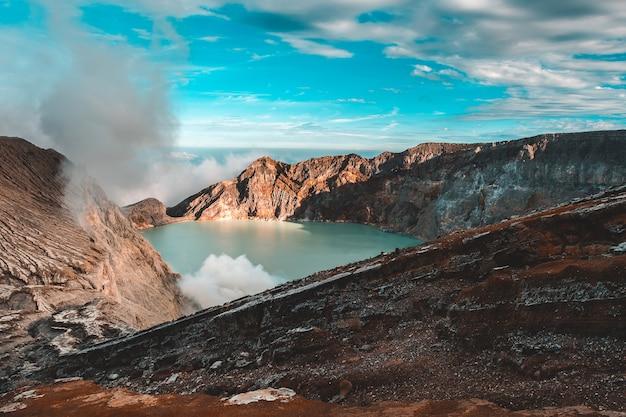 Vue depuis le cratère d'ijen, les fumées de soufre à kawah ijen, vocalno en indénésie