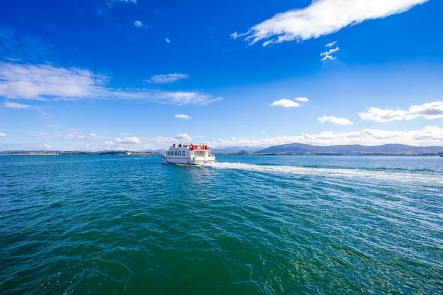 Vue depuis la digue de la baie de santander (cantabrie, espagne). appartient au club sélect des plus belles baies du monde.