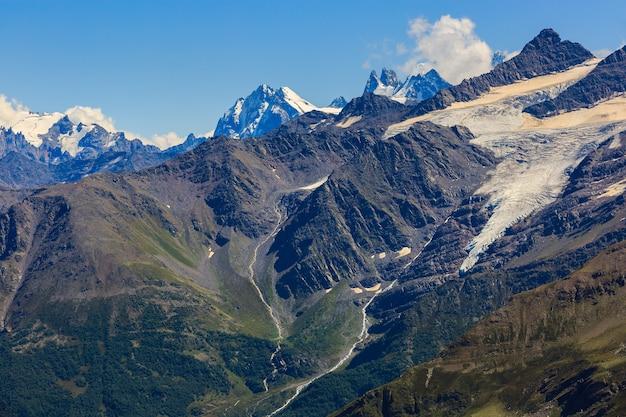 Vue depuis l'elbrouz sur les sommets des montagnes environnantes avec neige et glaciers dans le caucase du nord.