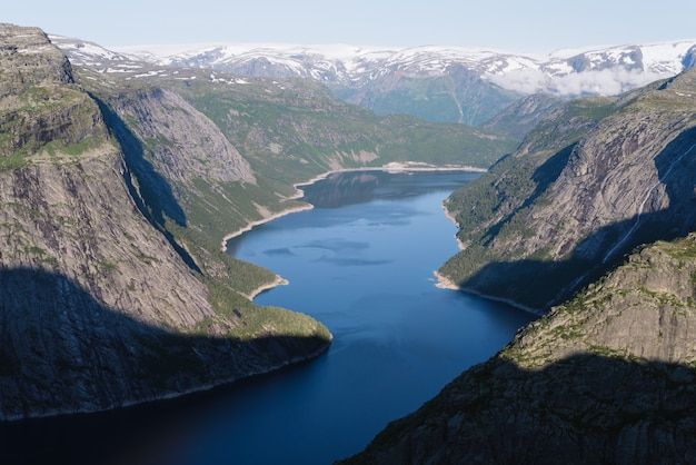 Vue depuis la falaise de trolltunga en norvège