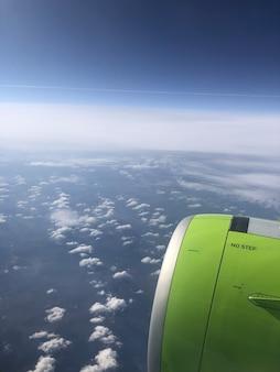 Vue depuis la fenêtre de l'avion du ciel bleu avec des nuages