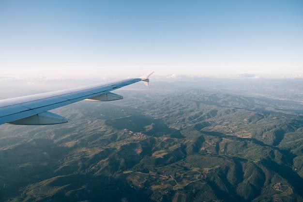 Vue depuis la fenêtre de l'avion sur les vertes chaînes de montagnes de la toscane
