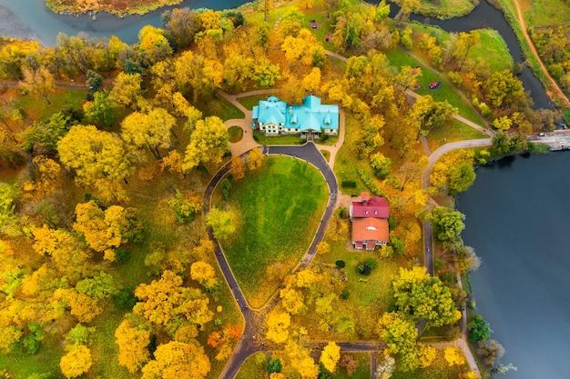 Vue depuis la hauteur de l'automne le parc loshitsky à minsk et le musée du manoir. chemins de vent dans le parc loshitsky.belarus.automne.