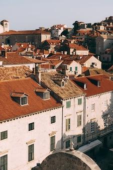 Vue depuis le mur sur les toits de tuiles de la vieille ville de dubrovnik