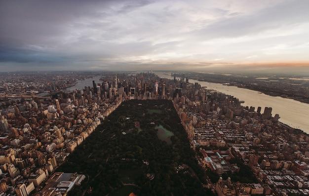 Vue depuis new york et manhattan depuis l'hélicoptère
