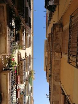 Vue depuis le niveau de la rue des façades à barcelone