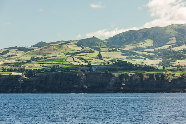 Vue depuis l'océan sur l'île de sao miguel dans la région autonome portugaise de l'île des açores.