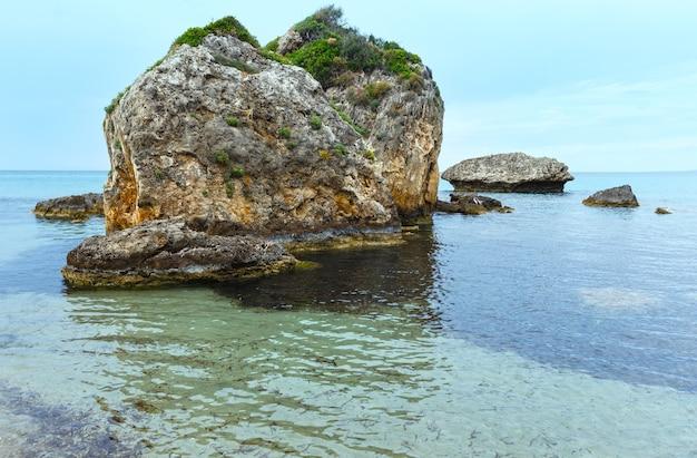 Vue depuis la plage de porto zorro. vue sur la côte d'été de la grèce, zakynthos, mer ionienne.