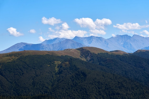 Vue depuis le sommet du mont oshten jusqu'aux chaînes lointaines des montagnes du caucase en automne