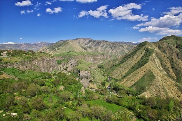 La vue depuis le temple de garni sur les montagnes du caucase, arménie