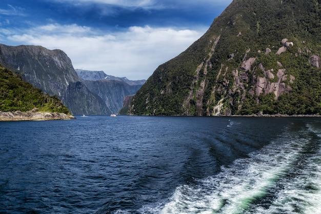 Vue derrière le ferry de croisière à milford sound, nouvelle-zélande