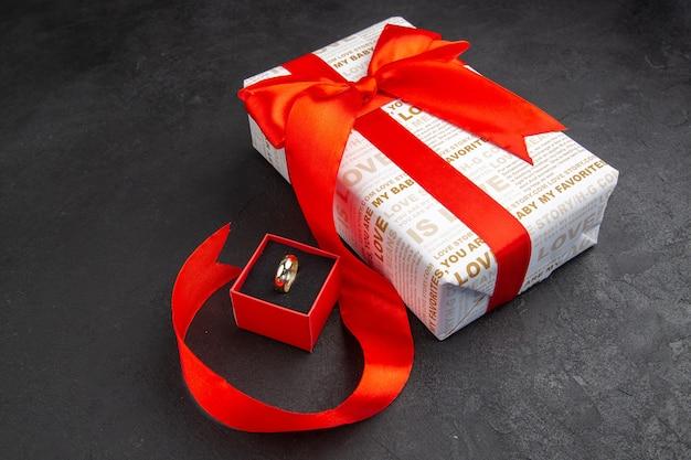 Vue de dessous bague cadeau saint valentin dans une boîte sur fond sombre