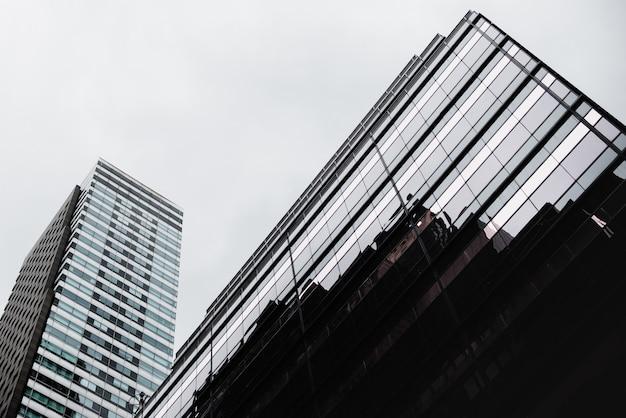 Vue de dessous d'un bâtiment en verre contemporain
