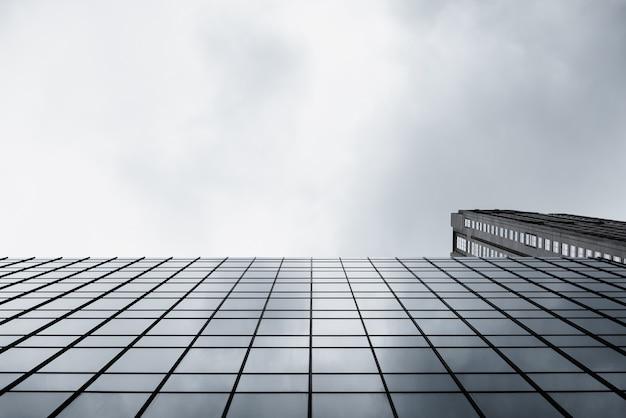 Vue de dessous d'un bâtiment en verre moderne