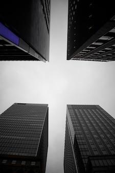 Vue de dessous des bâtiments japonais
