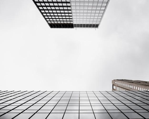 Vue de dessous des bâtiments de verre modernes
