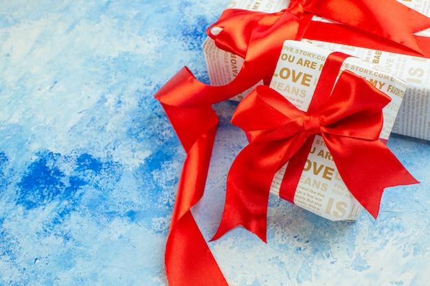 Vue de dessous cadeaux de la saint valentin sur fond bleu espace libre