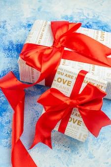 Vue de dessous cadeaux de saint valentin sur fond bleu
